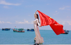 Wallpapers girl face the wind star dress flag Vietnam image
