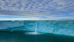 melBeautifuler creates waterfalls on an ice cap svalbard