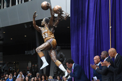 Lakers legends come out for unveiling of Elgin Baylor s statue