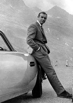 PHOTO Actor Sean Connery poses as James Bond next to his Aston