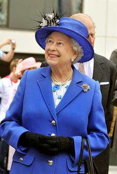 Queen s new portrait dubbed hideous like a bloke wearing a wig