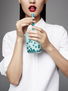 woman drinking blueberry bubble tea